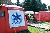 """V Heřmanicích vyrostla základna záchranné lékařské služby, které místní přezdívají """"mash"""". Dva stany a základní lékařské vybavení tam místním lidem, denně zaměstnanými odstraňováním škod po povodni."""