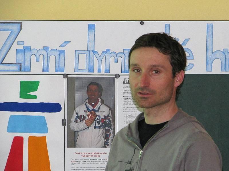 Liberecký běžec na lyžích, olympijský medailista z Vancouveru Jiří Magál při besedě se studenty.
