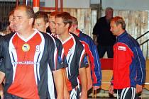 Petr Šácha (vpředu) je nepostradatelný člen týmu ŽBS Železný Brod, v České Lípě dostal dvě výhry darem ke svým 39. narozeninám.