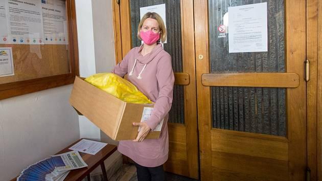 Dobrovolníci zásobili Polikliniku Železný Brod, místní obchody, roušky rozdávají i dalším potřebným.