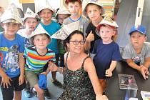 Dvacítka dětí, které tento týden tráví volno na příměstském táboře s jabloneckým Českým červeným křížem, přišla na návštěvu do redakce Jabloneckého deníku.