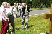 U pomníčku, který je postaven u silnice kolem Souše. Robert Hofrichter ukazuje do svahu, kde několik set metrů od nynější silnice stál tábor skautů, kde byli zastřeleni dva kamarádi.