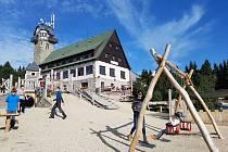 Královka v katastru Janova nad Nisou láká k návštěvě i rodiny s dětmi na samoobslužnou jídelnu a hlavně na důmyslné hřiště.