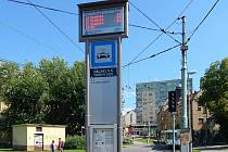 Označník s chytrým zastávkovým informačním systémem na otočce tramvaje v Tyršových sadech v Jablonci.