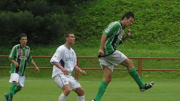 Jablonecký hráč Pszyk v akci (vpravo).
