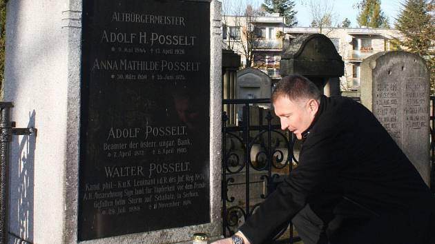 Primátor Petr Beitl u hrobu významného jabloneckého starosty minulosti Adolfa Heinricha Posselta