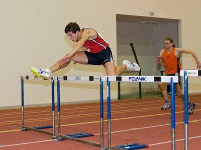 V Corny atletické aréně v Jablonci se konala čtvrtá halová středa. Nad překážkami junior Jan Solfronk z TJ Liaz.