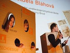 YOUNG PACKAGE Adéla Bláhová ze SUPSŠ Železný Brod přebírá v zastoupení 1. místo ve středoškolské kategorii.