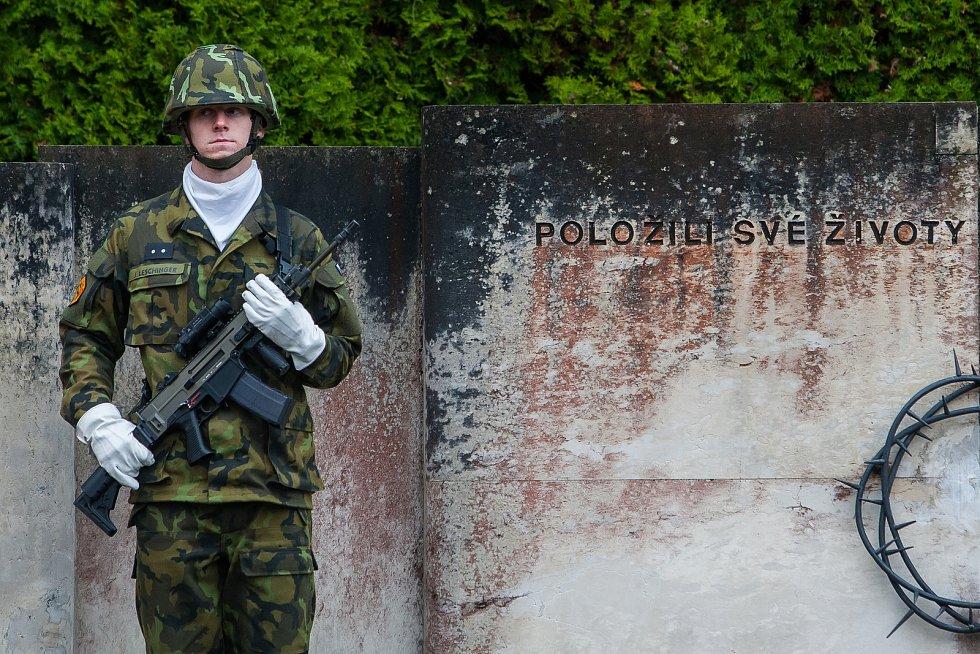 Na snímku je pietní akt na vojenském hřbitově v Ruprechticích.