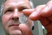 Tomáš Hládek, ředitel sekce peněžní platební a peněžního styku České národní banky informoval o postupu stahování poslední hliníkové mince z oběhu. 31. srpna 2008 končí platnost padesátihaléřů.