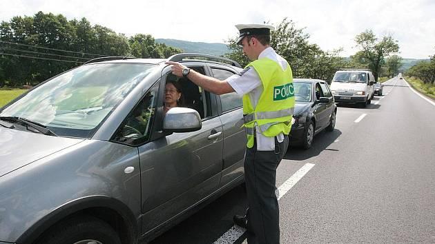 Silnice na Frýdlant je uzavřena, policejní hlídky stojí téměř na každé křižovatce a pomáhají řidičům v orientaci.