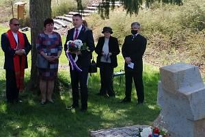 Hejtman Martin Půta skyticí a část slavnostních hostů při odhalení smírčího kříže.