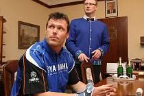 Martin Macek od starosty Smržovky Marka Hotovce převzal ocenění za reprezentaci obce.
