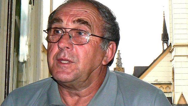 Třiašedesátiletý Petr Zichberg z Jablonce vjel v neděli 7. června ráno na nádraží i přes zákaz vjezdu, aby vypravil dceru na cestu do Prahy. Narazil ale na hlídku městské policie.