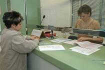Žádost je vyjímkou.  Obce a města podávají informace ze zákona. Od občanů registrují žádostí minimálně.
