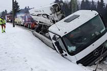 Mimo vozovku se dostal také kamion v Bratříkově.