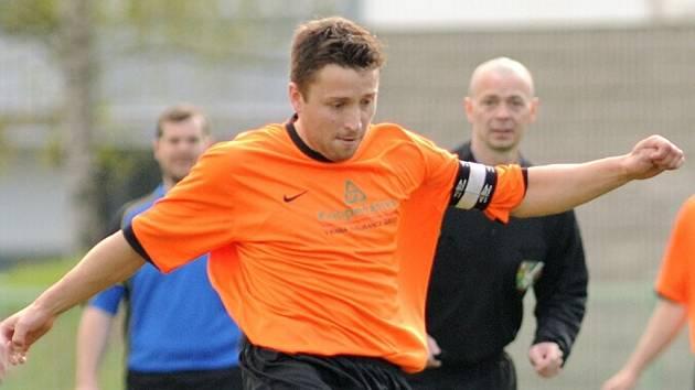 Jenišovice doma podlehly Libštátu 1:2. Na snímku uprostřed domácí kapitán Petr Pekař.