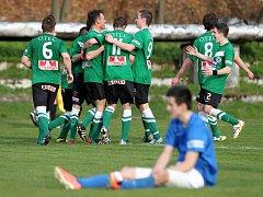 Fotbalisté Velkých Hamrů porazili ve šlágru kola lídra I. A třídy Chrastavu (v modrém) 4:2.