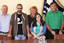 LEONARDO MANDILE (na vrchním snímku třetí zleva) a SAMANTA SLAZAR RODRÍGUEZ (vpravo od Leonarda) na návštěvě železnobrodské radnice. Místostarosta Ivan Mališ (světlá košile), starosta František Lufinka (zelená košile), Eva Rydvalová (za Samantou)
