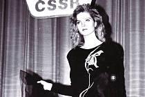 Mladý módní tvůrce ZENIT - svazácká soutěž oděvních návrhářů. Mezi manekýnkami byly pouze amatérky - buď z podniků, škol nebo také tým organizovaný SSM - v něm začínala na mole také TOPMODELKA Pavlína Němcová (na snímku) a Eva Herzigová.