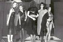 Mladý módní tvůrce ZENIT - svazácká soutěž oděvních návrhářů. Mezi manekýnkami byly pouze amatérky - buď z podniků, škol nebo také tým organizovaný SSM - v něm začínala na mole také TOPMODELKA Pavlína Němcová (vlevo) a Eva Herzigová (zády).