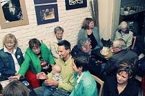 Na zakončení výstavy C'est la vie! v La kavárně panovala dobrá nálada nejen díky četbě Složenky