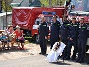 Starokatolický farář Karel Koláček posvětil nový vůz Sboru dobrovolných hasičů Nová Ves a sošku sv. Floriána.