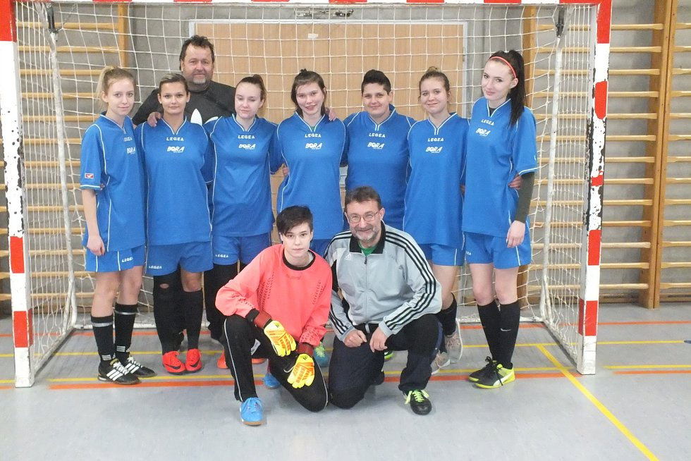 Pod vedením trenéra Jana Štola (klečící) se fotbalistky v týmu Čertic připravují na novou sezónu.