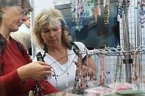 Propojení města s drobnými podnikateli je znát třeba při festivalu skla Skleněné městečko