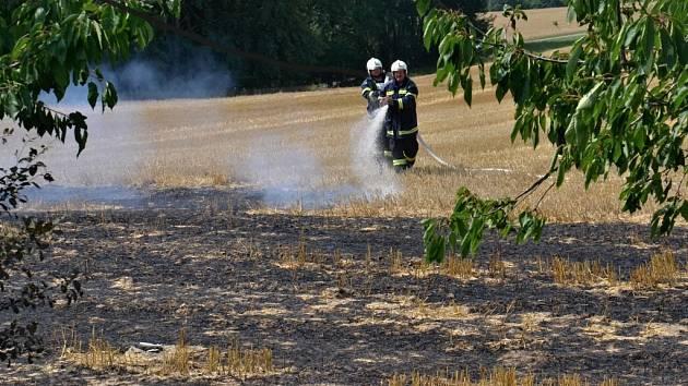 Požár pole na Semilsku likvidovalo 7 hasičských cisteren.