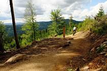 Bikepark na Tanvaldském Špičáku v Jizerských horách, to je 6,2 kilometrů jednosměrných až metr širokých lesních stezek.