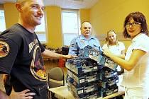 Profesionální hasiči se na konci minulého týdne obrátili s naléhavou žádostí prostřednictvím Deníku na výrobce a distributory energetických nápojů pro zasahující kolegy. V redakci jsme neváhali a odvezli do sběrného místa nealkoholické pivo.