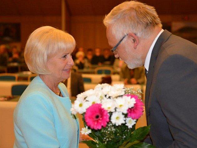 Božena Caklová přijímá květiny od náměstka hejtmana Josefa Jadrného.