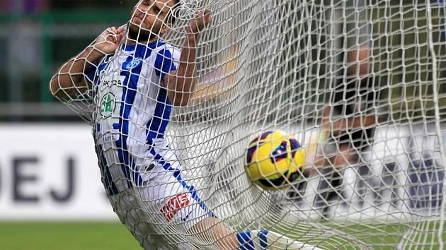 Fotbalisté Jablonce remizovali v Mladé Boleslavi 1:1. Na snímku Jan Kysela z Mladé Boleslavi v síti po vyrovnávací brance Jablonce.