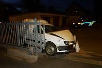 Řidič posilněný alkoholem se s autem zastavil až o sloupek.