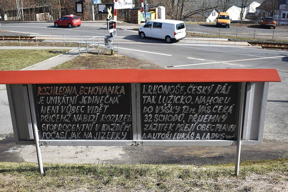 V sokolovně v Plavech vyrostla netypická rozhledna Schovanka. Postavil ji Lukáš Drška a vymaloval jeho otec Ladislav Ladis Drška.