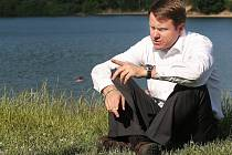 Ministr životního prostředí Martin Bursík si pochvaloval, že v Jablonci zůstal zachován přírodní ráz nádrže Mšeno.