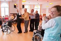 Taneční mistr Petr Veleta, který se věnuje taneční terapii seniorů, hlavně vozíčkářů. Navštěvuje i Domov důchodců v Jabloneckých Pasekách.