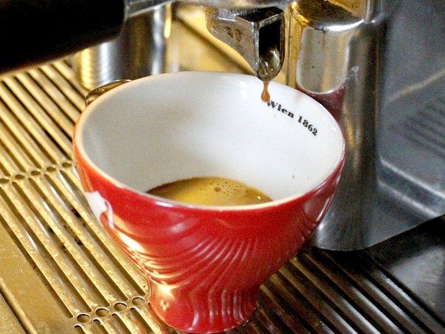 Příprava kávy - ilustrační snímek