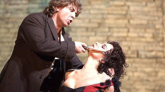 Roberto Alagna jako Don José a Elina Garanča v titulní roli Bizetovy Carmen.