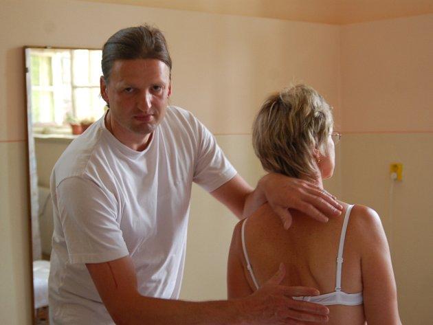 Osteopatik Joachim Berndt van De Loo vyšetří pacientku a navrhne s Dagmar Pekařovou další postup v rehabilitaci. Osteopatie je komplexní terapeutická metoda.