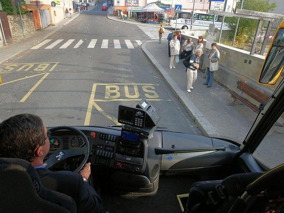 Den bez aut v Jablonci. Od konce září začnou na lince Jablonec nad Nisou – Praha jezdit autobusy Beularis Aura, které posilují kapacitu cca o čtvrtinu míst než dosud. V autobusech ČSAD Jablonec můžete využít WiFi připojení, denní tisk, služeb stewardky.