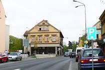 Dům na ulici 5. května s popisným číslem 9 na rohu s ulicí Lidickou, kolem nějž se silnice zužuje na prapůvodní šířku, byl pro posměch nejen v Jablonci.