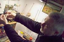 Jiří Vavřín ukazuje tradiční výrobu loutek.
