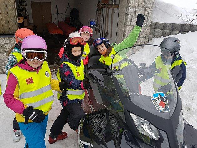 Benecko je nazýváno vzdušnými lázněmi Krkonoš. Leží jen pár kilometrů od Jilemnice a mírné svahy se spoustou kratších vleků vyhledávají nejen rodiče s dětmi, ale také školy pro lyžařské kurzy. Pražské děti mají prázdniny a nejen na Benecku je rušno.