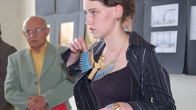 Studentka jablonecké Střední uměleckoprůmyslové školy Blanka Pelcová obhájila svoji maturitní práci –  šperk  na egyptský námět. Při jeho výrobě strávila ve škole 150 hodin času.