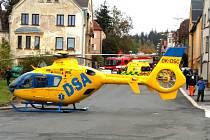 Vrtulník přistál přímo na křižovatce. Spolu se dvěma sanitkami, lékařským vozem, hasiči, policisty a strážníky zasahovali záchranáři při  nehodě v Mánesově ulici, kde došlo ke střetu dvou aut. Jednoho z řidičů na místě resuscitovali.