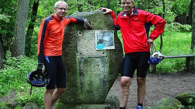 Cyklisté Milan Jeřábek a Petr Lauterbach u pramene Lužické Nisy v Jizerských horách.