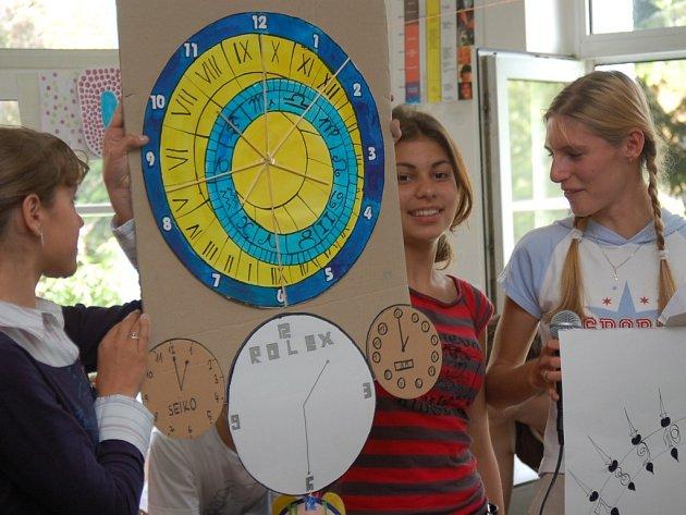 Po společné tvorbě keramiky nebo obrázků, představili žáci svoje výrobky. K nim patřily i  švýcarské hodiny.