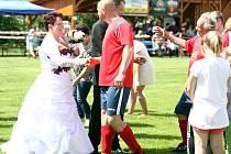 Na vydařený svatební obřad bude správce hřiště s manželkou určitě dlouho vzpomínat.
